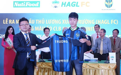 Xuân Trường trong ngày ra mắt màu áo mới hôm qua, 28/12. Tạm thời anh sở hữu chiếc áo số 7 tại CLB Incheon United.