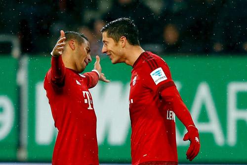 Lewandowski chia vui cùng Alcantara sau bàn thắng vào lưới Augsburg. Ảnh: Reuters.