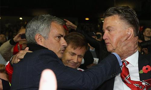 Mourinho vẫn nhận được sự đánh giá cao, dù vừa bị sa thải ở Chelsea. Trong khi đó, Van Gaal đang chịu áp lực rất lớn vì thứ bóng đá và kết quả nghèo nàn ở Man Utd.